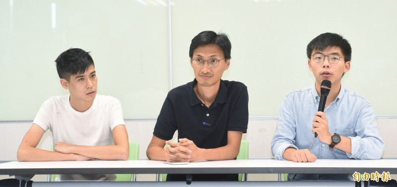 學聯前副秘書長岑敖暉(左起)、立法會議員朱凱迪、香港眾志秘書長黃之鋒3日拜會民進黨黨部,並在記者會中呼籲台灣在10月1日前,有更多的台灣朋友與社會總動員,站出來支持香港。(記者劉信德攝)