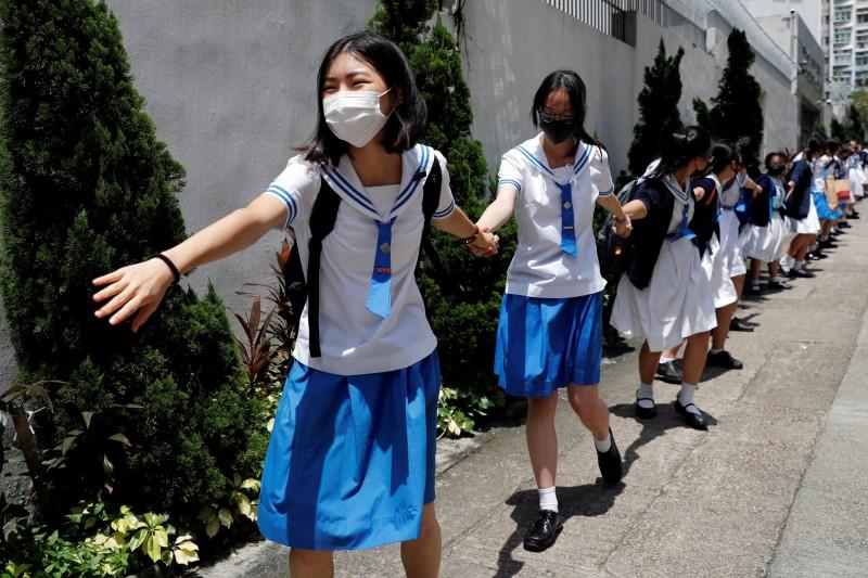 香港逾百名中學生今日牽手築成人鏈,表態支持五大訴求。(路透)