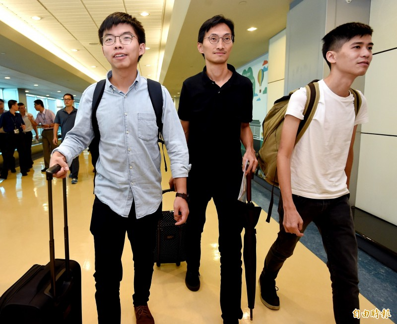 香港眾志秘書長黃之鋒(左起)與立法會議員朱凱迪、學聯前副秘書長岑敖暉今上午搭機訪台。(記者朱沛雄攝)