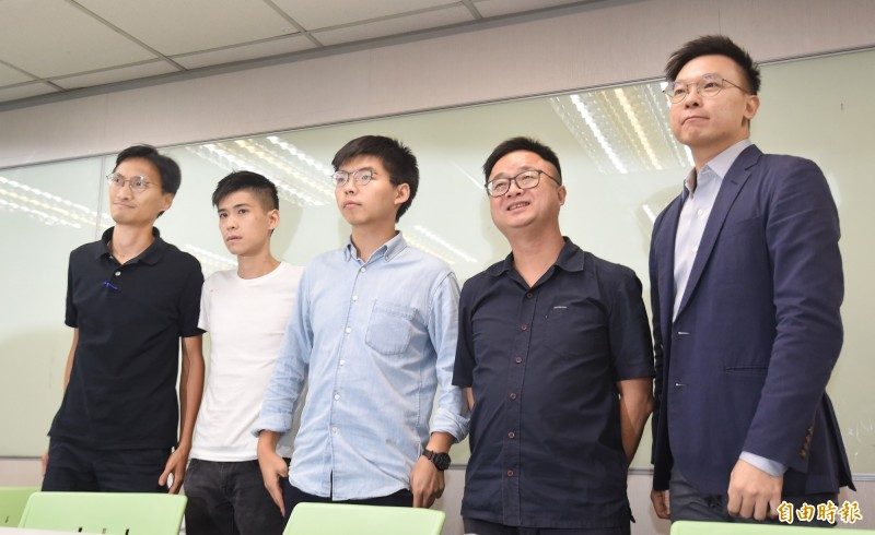 立法會議員朱凱迪(左起)、學聯前副秘書長岑敖暉、香港眾志秘書長黃之鋒3日拜會民進黨黨部,並在一小時的會談後,與民進黨秘書長羅文嘉(右2)、副秘書長林飛帆(右1)召開記者會,說明對香港反送中運動的立場。(記者劉信德攝)