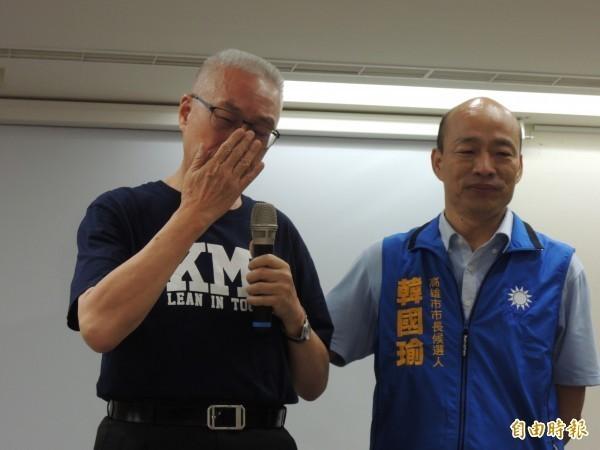 國民黨主席吳敦義(圖右)3日上午再駁「換瑜」說;國民黨為正社會視聽決定提告,這也是吳敦義就任黨主席以來,首度向媒體興訟。(資料照)
