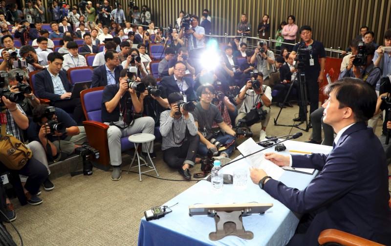 韓國總統文在寅提名的法務部長候選人曹國,因女兒大學入學申請與家族投資私募基金等醜聞,昨(2日)在記者會向公眾道歉,不過他拒絕退出提名。(法新社)