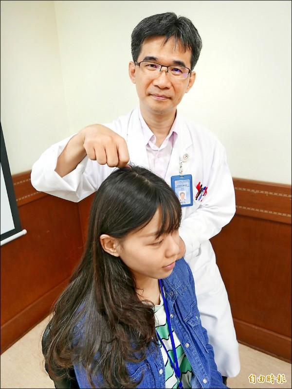 ▲林榮志醫師指出,平常可按壓頭頂的百會穴,促進頭皮血液循環,刺激頭髮生長。(記者蔡淑媛攝)