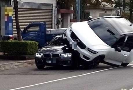 詹姓人妻去年耶誕節開著VOLVO休旅車撞上蕭姓老公的BMW汽車。(擷取自爆廢公社臉書)