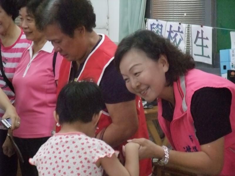 國民黨南市議員洪玉鳳(右)涉詐領三屆議員助理費共1183餘萬元,被台南地檢署起訴。(記者王俊忠翻攝)