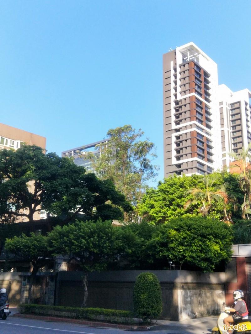 新北市長官邸是兩層樓的舊式透天公寓,有圍牆、綠樹,但在周遭蓋起大樓後,地方人士認為缺乏隱密性、安全性。(記者何玉華攝)