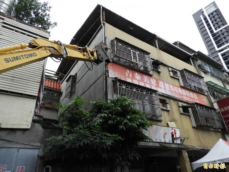 位於新北市板橋區文化路一段的危老建物今天拆除動土,將改建為15層樓的集合式住宅。(記者賴筱桐攝)