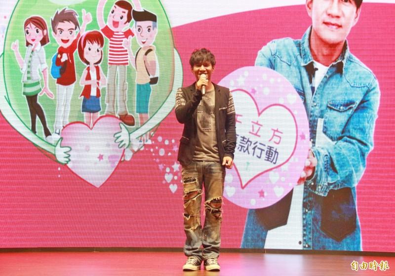 王宏恩在台上分享大學求學經驗,呼籲學子不要因打工失去學習權利。(記者陳冠備攝)