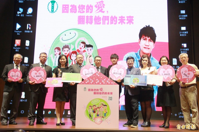 大葉大學企劃「千立方募款行動」,邀請校友王宏恩(右5)擔任活動公益大使。(記者陳冠備攝)