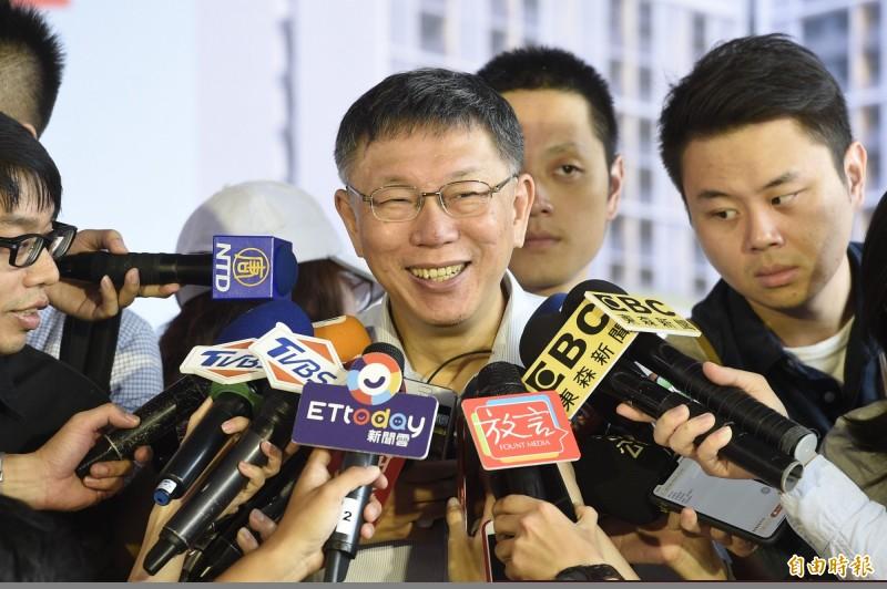 北市府多位局處首長被點名可能披民眾黨戰袍參選立委,台北市長柯文哲表示,不會說全部啦,但總有一兩個跑不掉,還是會向社會徵才。(記者叢昌瑾攝)