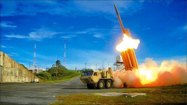 美國上月底於太平洋馬歇爾群島附近海域用薩德(THAAD,戰區高空防禦系統)進行攔截試驗,這也是美方在時隔2年多後再次試驗薩德系統。圖為美國國防部提供的薩德系統試射照片。(資料照,路透)