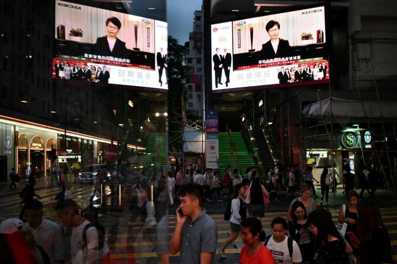 香港建制派民建聯認為,如今才宣布撤回修例「是遲了」,但對於政府提出的四項行動則聲稱,「普遍市民希望見到」。(法新社)