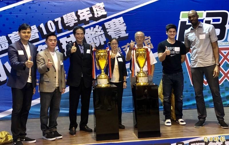 前立委、現任中華民國少年籃球發展協會理事長洪濬哲(左三)。(資料照)