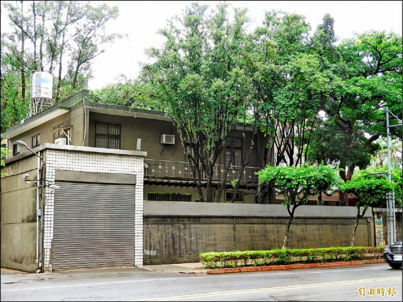 位於板橋區文化路一段的市長官邸,房屋年久失修,市長侯友宜打算推動都更。(記者賴筱桐攝)