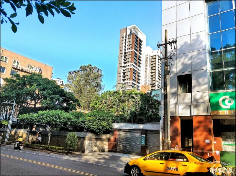 新北市府希望綠樹包圍的市長官邸能與左、右兩側的合作金庫、七層樓建物及後巷的私人土地,一起進行都更。(記者何玉華攝)