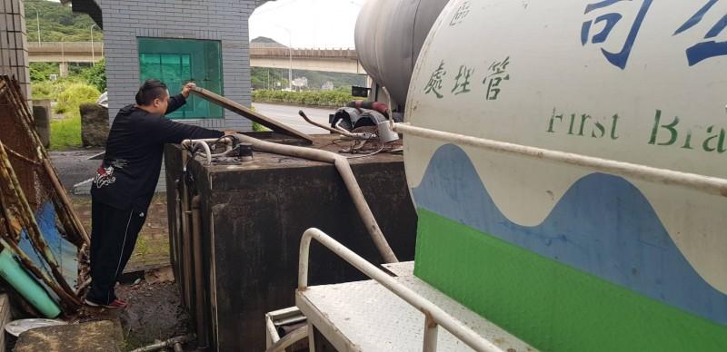水公司出動水車送水。(自來水公司提供)