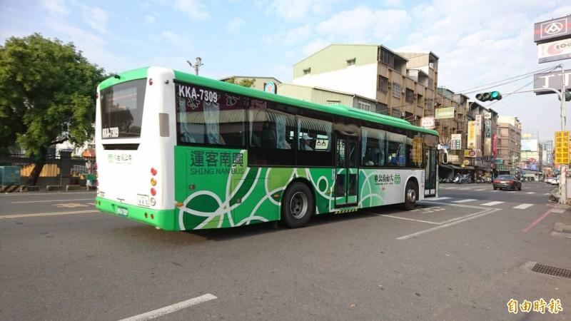 台南推動節能減碳政策,未來將規範各公車業者逐步汰換為電動無障礙大客車。(記者洪瑞琴攝)