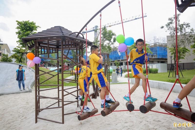 台中市大雅區二和公園落成,公園內設置十二感官遊具,吸引學童遊玩。(記者歐素美攝)