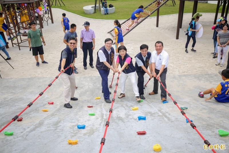 二和公園設有台中市首座蜂巢攀爬設施。(記者歐素美攝)
