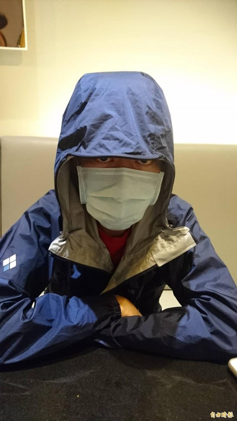 在香港的「反送中」運動中,戴著防毒面具、全副武裝衝上第一線的港人Steven陳,近日來台灣辦移民。(記者鍾麗華攝)