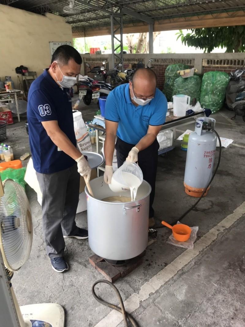 花壇鄉長顧勝敏(右)親自調配殺蟲藥劑,與鄉代會副主席沈文盛(左)一起裝入寶特瓶內,製作成殺蟻藥水。(記者湯世名翻攝)