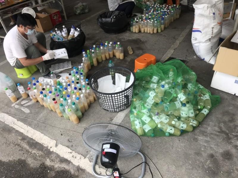 花壇鄉公所人員將殺蟻藥水裝入3000個寶特瓶內,供鄉親免費索取。(記者湯世名翻攝)