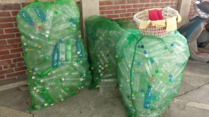花壇鄉公所人員將殺蟻藥水裝入清潔隊提供的3000個寶特瓶內,供鄉親免費索取。(記者湯世名翻攝)