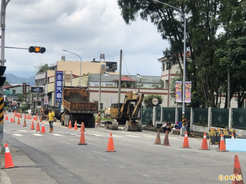 埔里鎮中山路1段自來水管線汰換工程延至9月30日完工,用戶還得再忍耐一段時間。(記者佟振國攝)