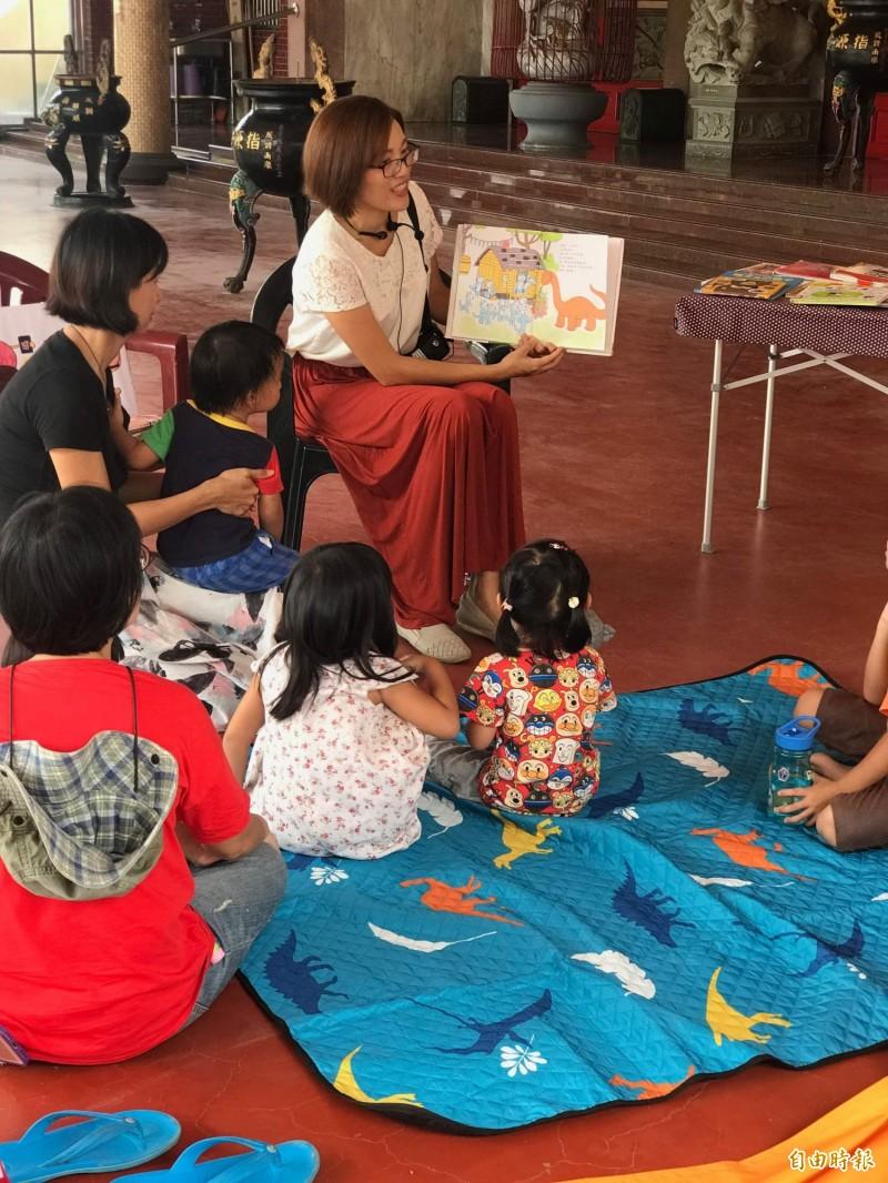 新竹市一群全職媽媽成立「新竹母語囡仔窟」臉書社團,透過交流分享,教囡仔說母語,讓孩子擁有浸潤式的母語環境,也會帶孩子外出說母語。(記者洪美秀攝)