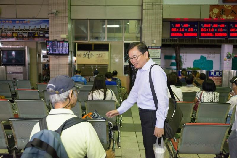 立委劉櫂豪(右)爭取台鐵加開中秋列車。(記者黃明堂翻攝)