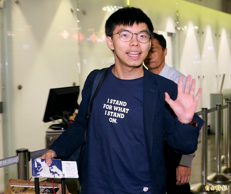 香港眾志秘書長黃之鋒5日晚間搭機返港,他在登機前不忘對媒體揮手說「謝謝各位台灣朋友!」。(記者朱沛雄攝)