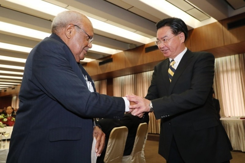 索羅門議長歐提(Patteson Oti)8月上旬率團訪台,與外交部長吳釗燮互動握手,展現台索邦誼穩固。(資料照,外交部提供)