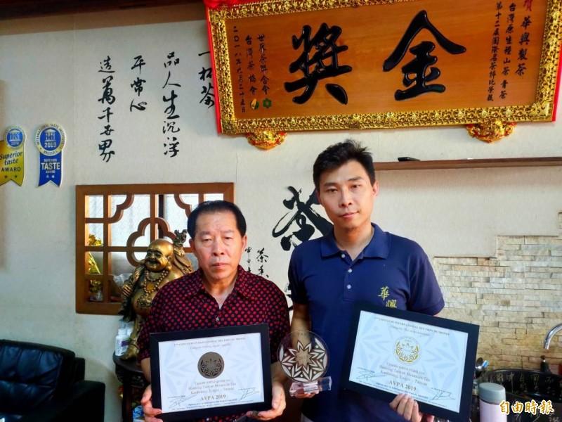 高雄青農劉士輔(右)再奪下法國AVPA第二屆世界茶葉大賽銀獎及美食特別獎,成為台灣之光。(記者陳文嬋攝)