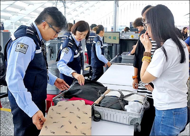 考量邊境防疫滴水不漏,農委會主委陳吉仲表示,目前正跨部會研擬全亞洲地區都進行入境旅客手提行李百分之百檢查。(資料照)