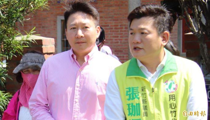 新竹縣政府文化局局長李猶龍(前左)今早因被控公車私用、且活動招標疑似涉弊遭檢調約談到案。(資料照)