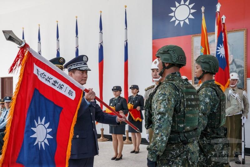 參謀總長沈一鳴上將為編成單位授旗,象徵「編裝實驗」即日起正式展開。(軍聞社)
