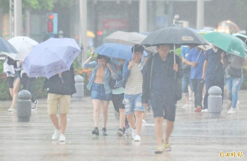 明(5)日天氣大致與今天類似,持續受第13號颱風「玲玲」的外圍環流影響,各地有雨。(記者黃志源攝)