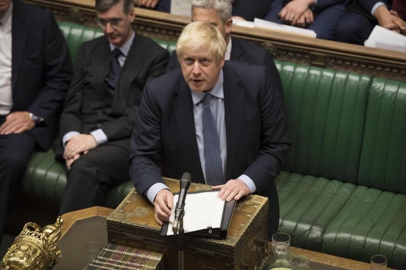 英國國會下議院週三以327對299票通過延遲脫歐日期議案,首相強森雖放話要將大選提前,但英國國會也否決這項提案,讓剛上任的強森相當難堪。(法新社)