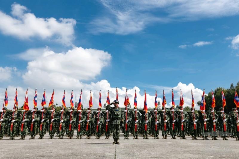 國軍首支「聯合兵種營」今天在陸軍裝甲586旅正式成立,展開為期1年的編裝測試,未來將納編M1A2T戰車、雲豹八輪甲車、海空軍聯絡官等。(軍聞社)