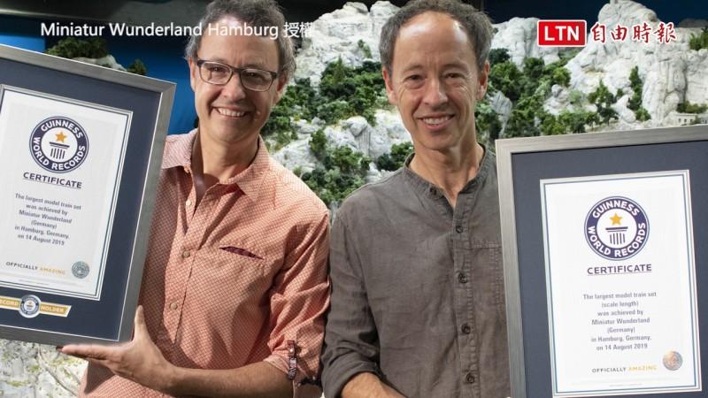 微縮景觀世界創始人Frederik Braun(左)和Gerrit Braun(右)拿著金氏世界紀錄證書。(圖片由Miniatur Wunderland Hamburg授權)