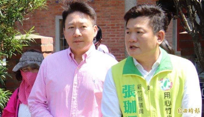 新竹縣政府文化局局長李猶龍(前左)今早因被控公車私用、且活動招標疑似涉弊遭檢調約談到案,約談5個小時後,直到下午近4點被請回。(資料照)