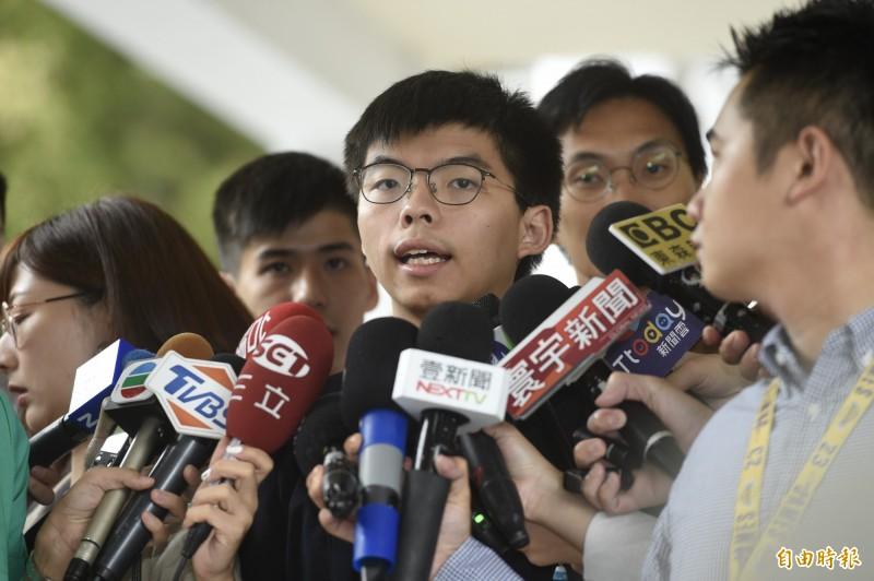 香港眾志秘書長黃之鋒等人,今日前往立法院拜會民進黨團,拜會前先行接受媒體訪問。(記者叢昌瑾攝)