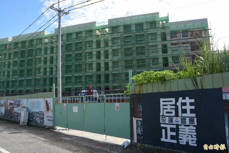花蓮縣7棟、809戶的青年安心成家住宅,以賣斷式出售700戶,截至目前住宅仍有240戶待售,縣政府放寬申請資格。(記者王峻祺攝)