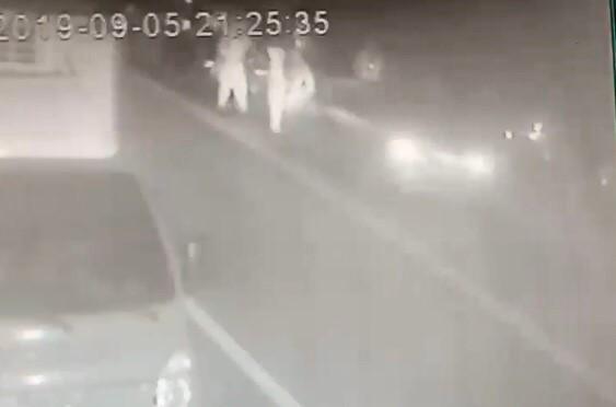 從監視器畫面可見肇事的林姓男子一路朝警方的路檢點衝去,並沒有減速。(警方提供)