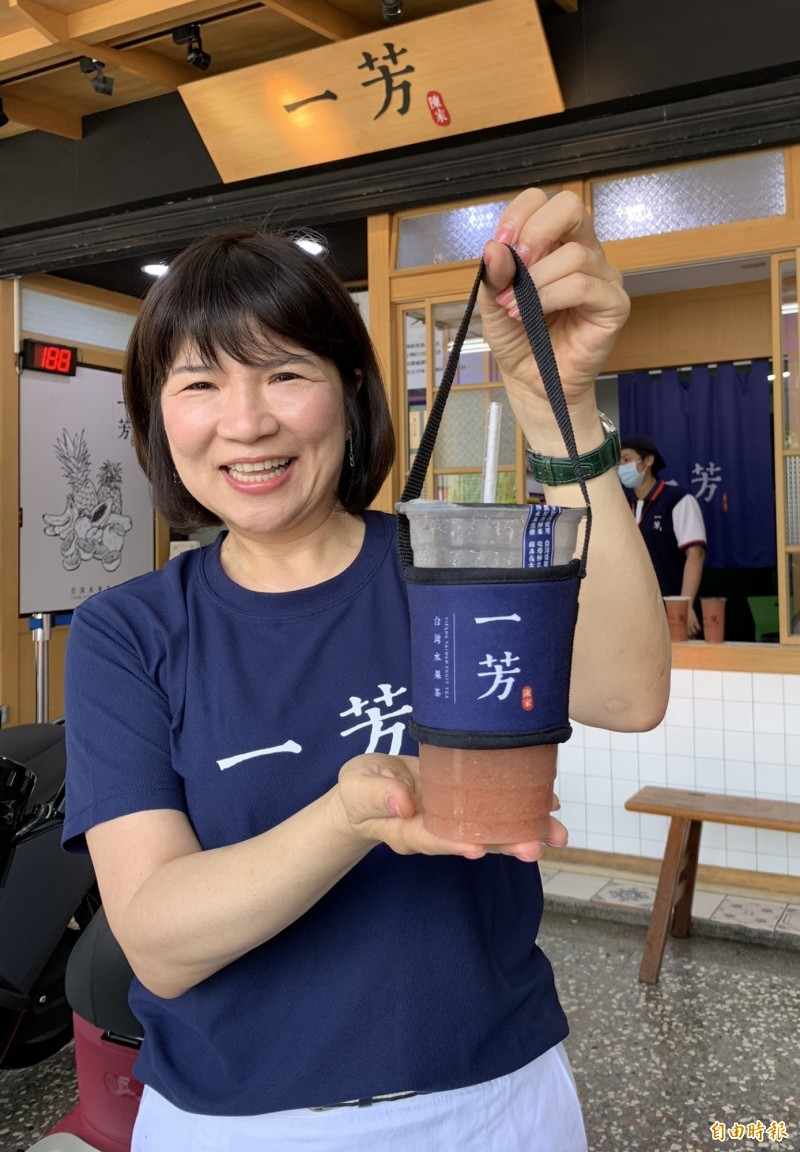 墨力國際公司的廖麗霞駁斥中國造杯套假消息,秀出印製「一芳台灣水果茶」才是一芳的杯套。(記者蔡淑媛攝)