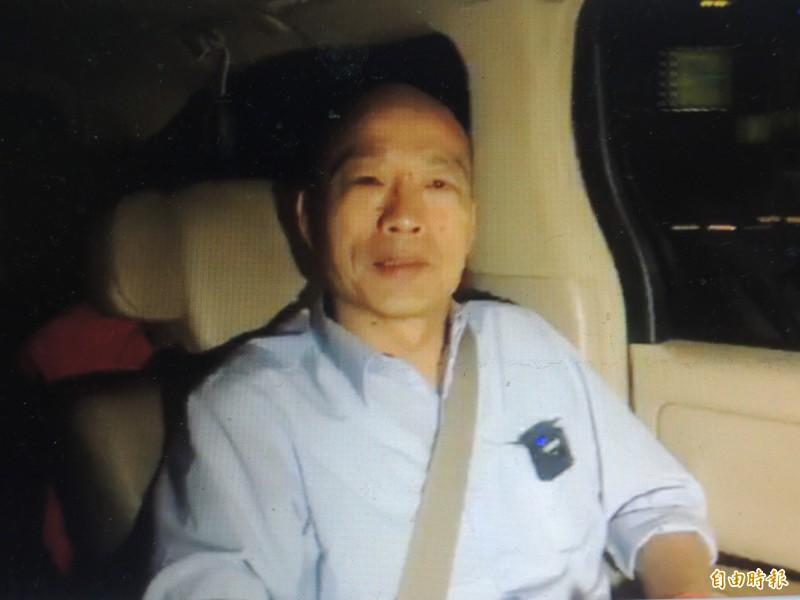 韓國瑜晚間在車上臨時直播,強調日本學者沒遲到、是他提早到,請大家不要誤會。(記者王榮祥翻攝)