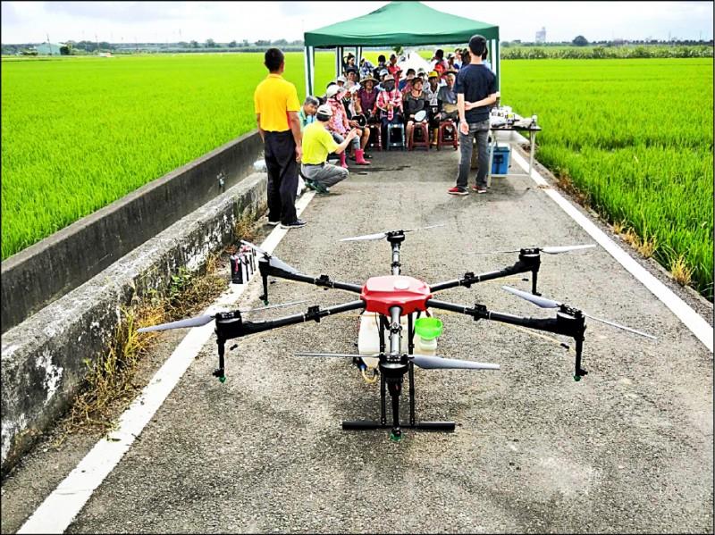 大埤公所舉辦觀摩會推廣科技農業,盼改善農村缺工並吸引青農回鄉。(記者黃淑莉翻攝)