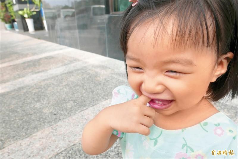 ▲小朋友長牙時,口腔較敏感,常會咬手指頭,也容易吃進髒東西,較易感染發燒;圖為情境照,圖中人物與本文無關。(記者蔡淑媛攝)