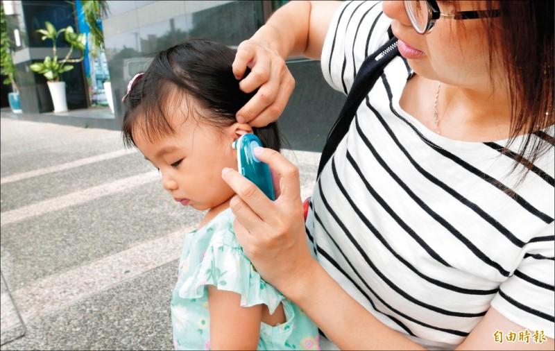 ▲醫師指出,小朋友長牙時,體溫可能會稍微上升,但不會高到發燒的程度;圖為情境照,圖中人物與本文無關。(記者蔡淑媛攝)