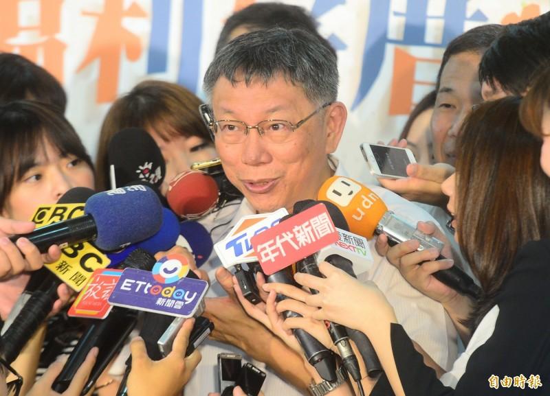 台北市長柯文哲出席台北市中正區社會福利綜合大樓開幕典禮,接受媒體採訪失言說出「陳菊是比較肥的韓國瑜」惹議。(記者王藝菘攝)